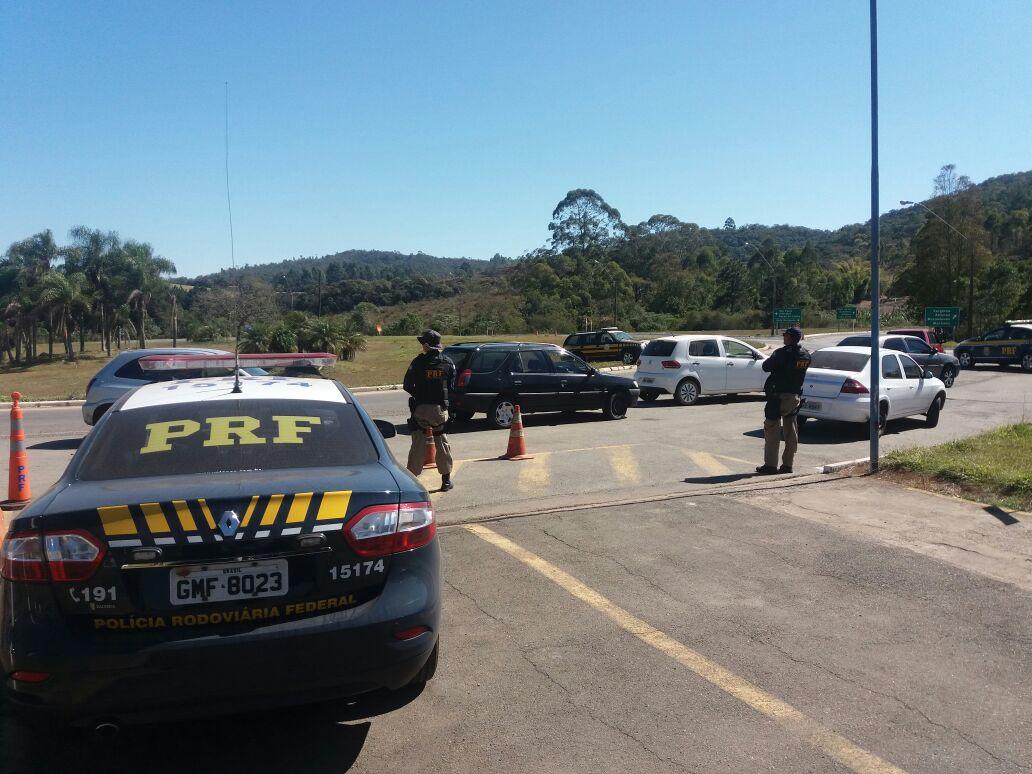 Dupla com maconha em carro roubado é presa após perseguição