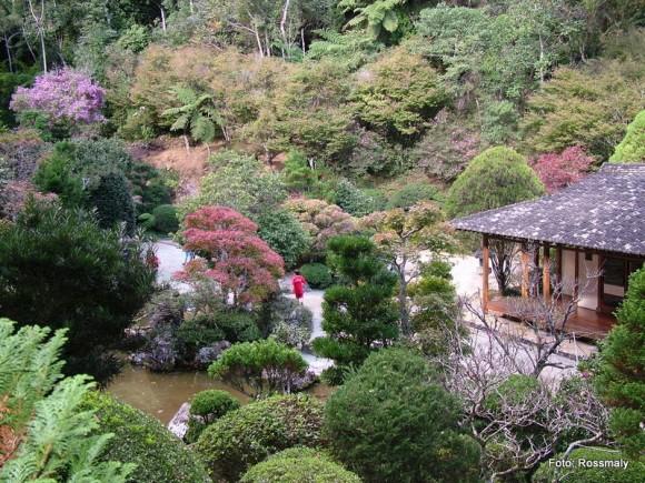Recanto Japonês tem vegetação e arquitetura típicos do Japão.