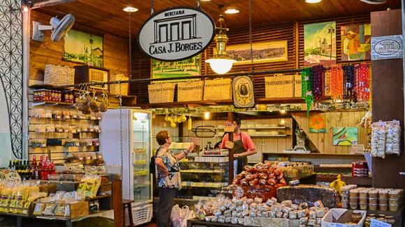 Loja vende produtos como doces e queijos.