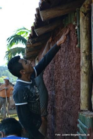 Cerca de dez pessoas participam da construção da casa.