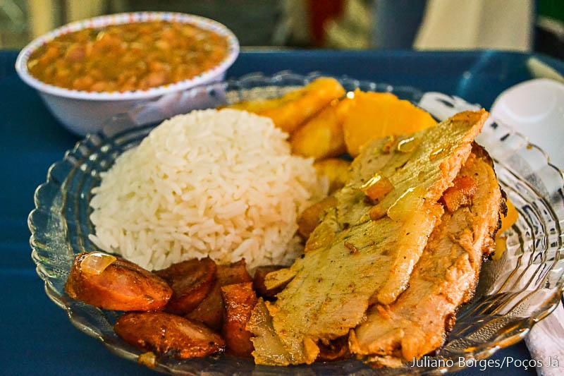 Paróquia São João Bosco serve prato com polenta e linguiça)