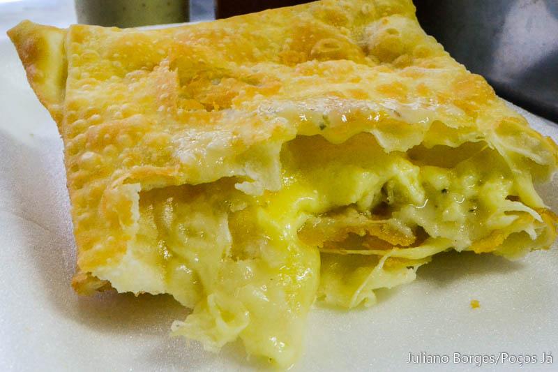 Pastel de queijo canastra pode ser encontrado nas madrugadas.