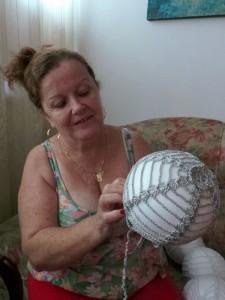 Artesãs vão produzir 450 bolas de isopor com crochê