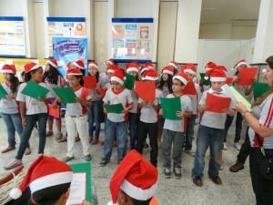Alunos da Escola Municipal Maria Ovídia Junqueira cantaram músicas de Natal.
