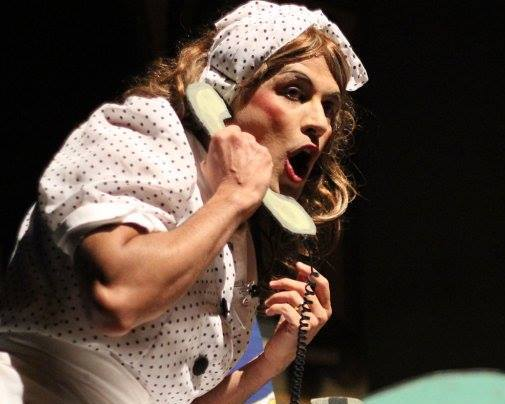 Clisthenis Betti, que interpreta a personagem, também é diretor da peça.
