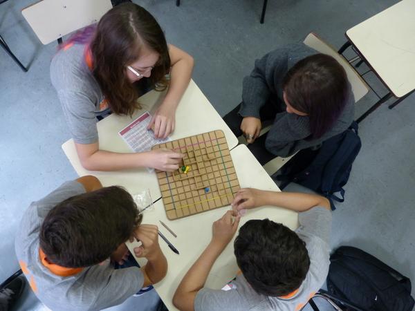 Jogos propõe raciocínio estratégico e melhoram o relacionamento entre os alunos.