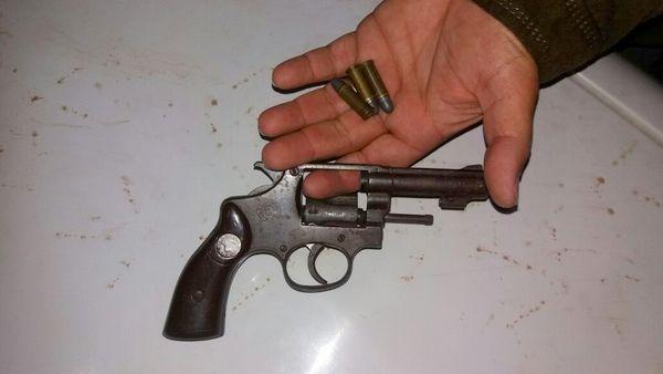 Revólver  calibre 32 teria sido utilizado no assalto (foto: Polícia Militar).