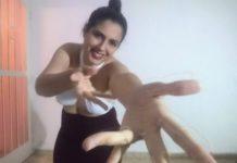 """Atriz Camila Ribeiro, em cena do espetáculo """"Carta ao meu corpo"""" (foto: divulgação)"""