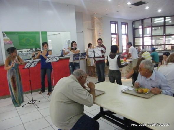 Alunos e professor de flauta transversal executaram músicas clássicas e populares.