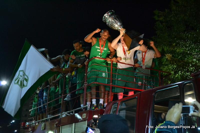 Jogadores comemoram o vice-campeonato.