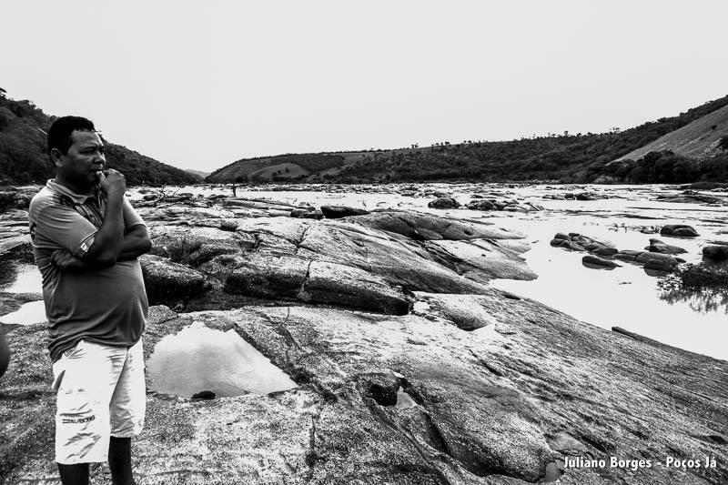 Tito Krenak observa o rio que está doente.