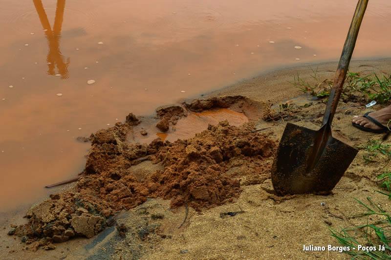 Areia agora está vermelha e pesada, misturada à lama.