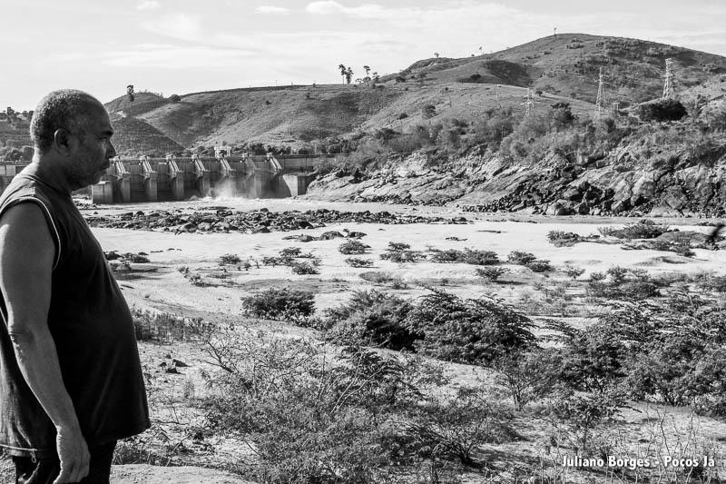 Pescador observa o rio, que hoje é só lama.