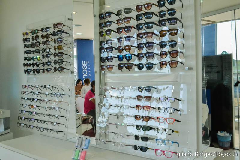 Nesta ótica, clientes que comprarem óculos escuro de R$100 recebem outro de graça.